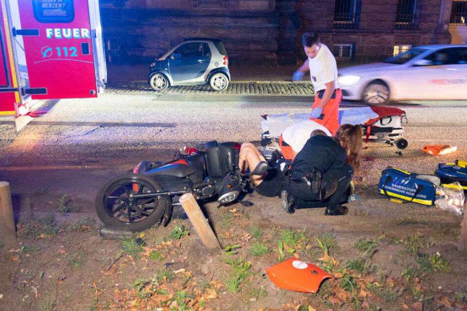 Rettungssanitäter versorgen die verletzte Frau am Unfallort.