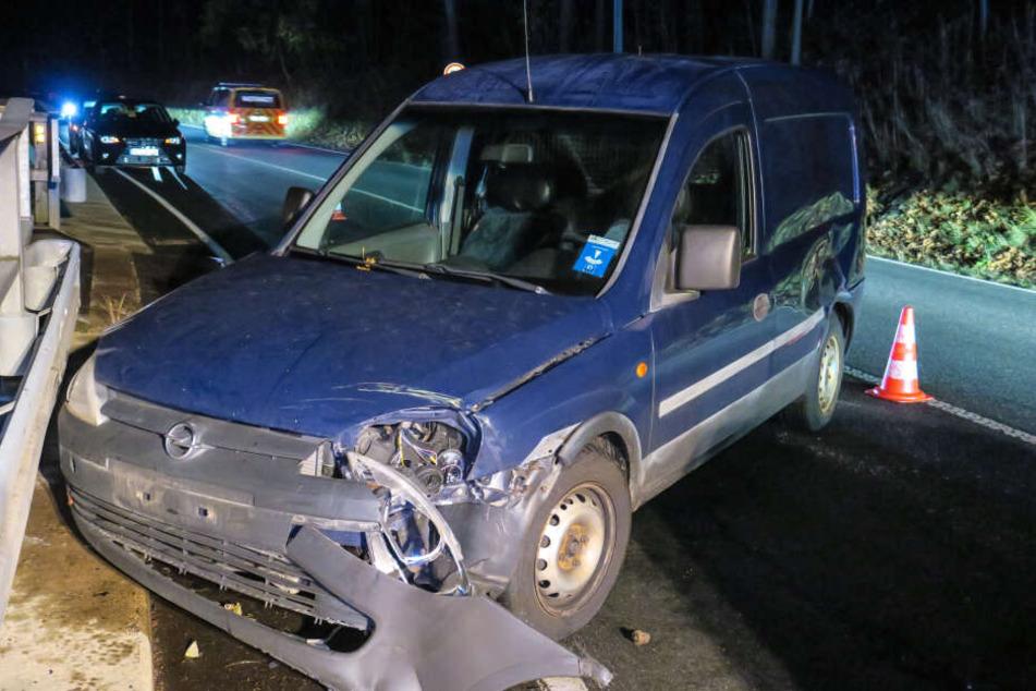 Der Opel wurde durch den Unfall massiv beschädigt.