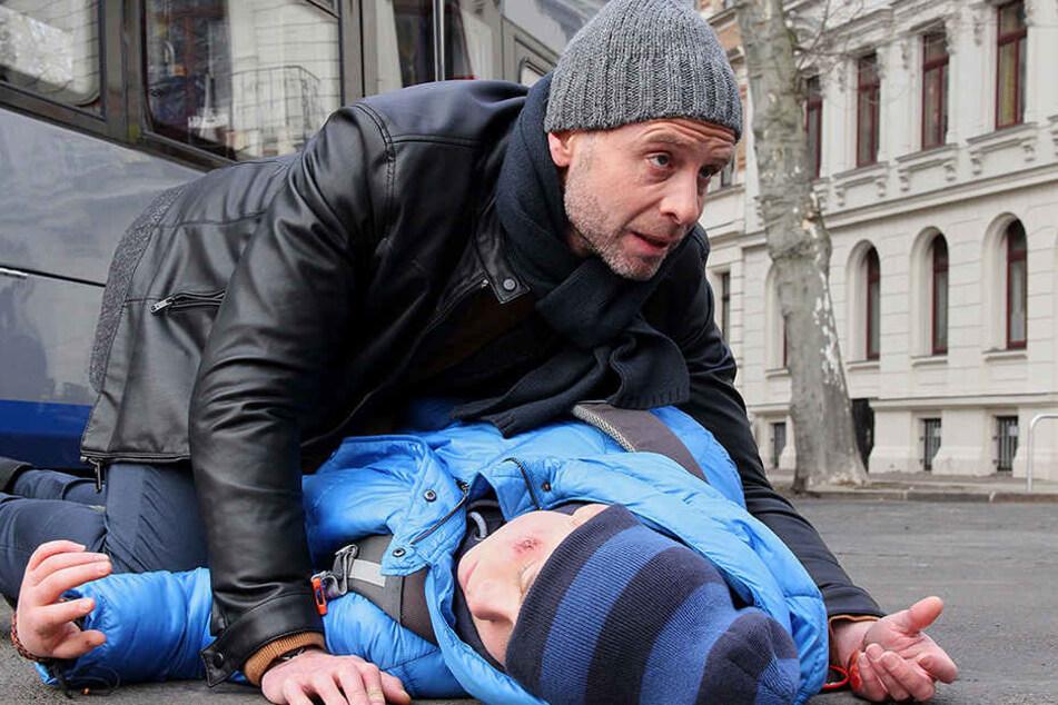 Dr. Kai Hoffmann (Julian Weigend) beobachtet einen Jungen, der fast vor eine Straßenbahn läuft. Im letzten Moment kann er ihn noch retten, doch er ist verletzt und muss in der Sachsenklinik untersucht werden.