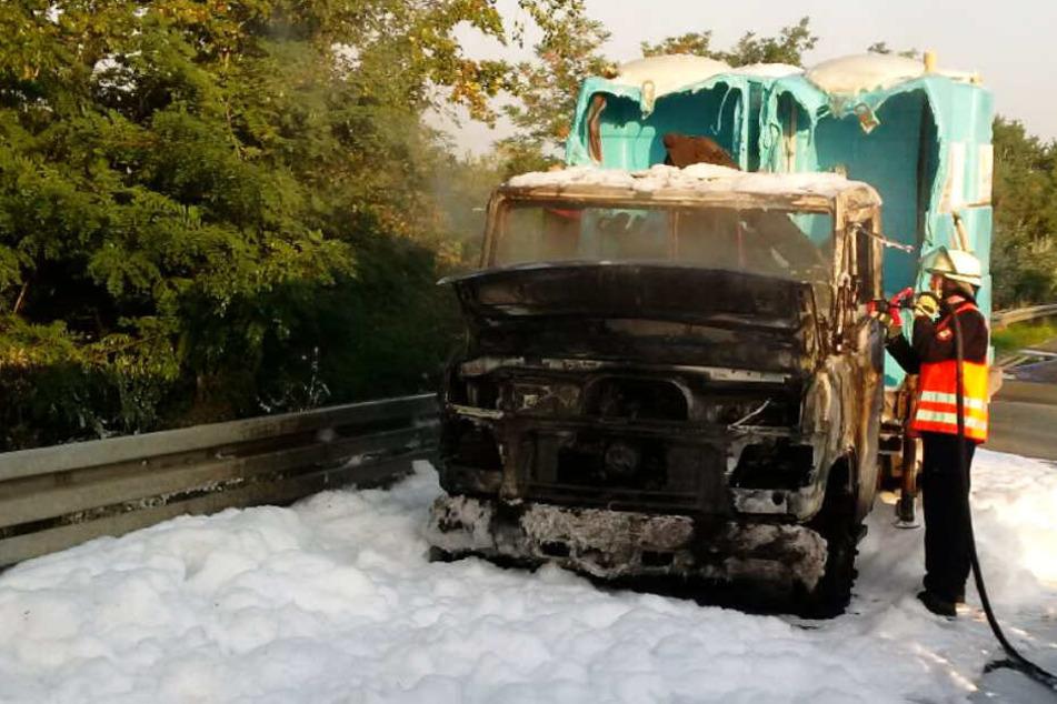 Klohäuschen brennen auf Autobahn: Sperrung und Verkehrsbehinderungen