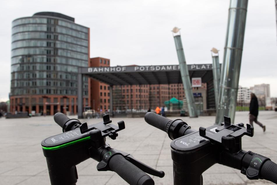 Ungenutzte Elektro-Roller stehen am Potsdamer Platz. Das öffentliche Leben soll weiter zurückgefahren bleiben.