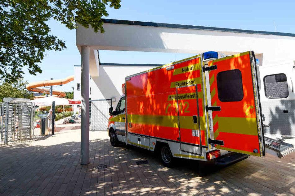 Ein Rettungswagen steht vor einem Schwimmbad. (Symbolbild)