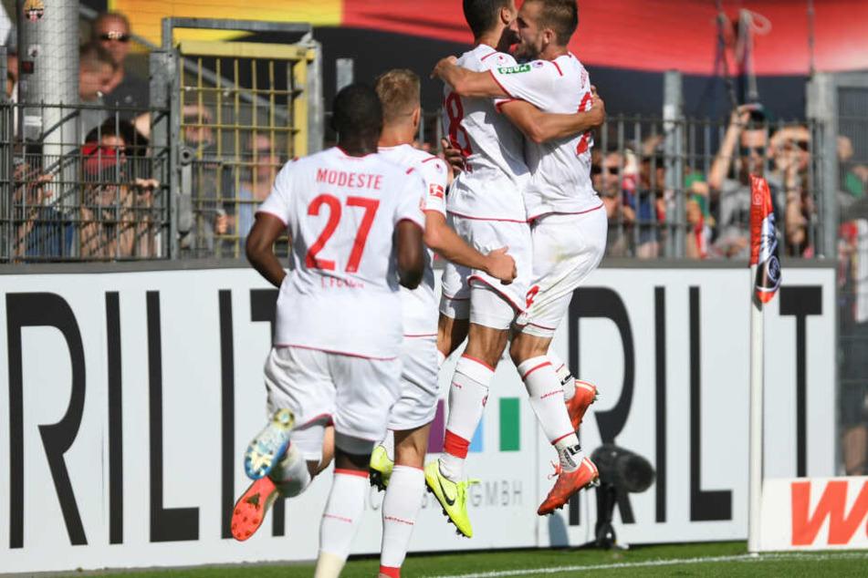 Die Kölner jubeln nach dem Siegtreffer zum 2:1.