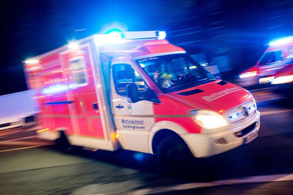 Mit einem Rettungswagen mussten beide Fahrer ins Krankenhaus gebracht werden. (Symbolbild)
