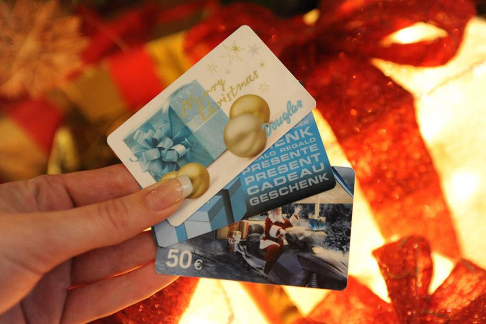 Bundesweit rechnet der Handelsverband Deutschland für das Weihnachtsgeschäft allein mit rund drei Milliarden Euro Umsatz durch den Verkauf von Gutscheinen.