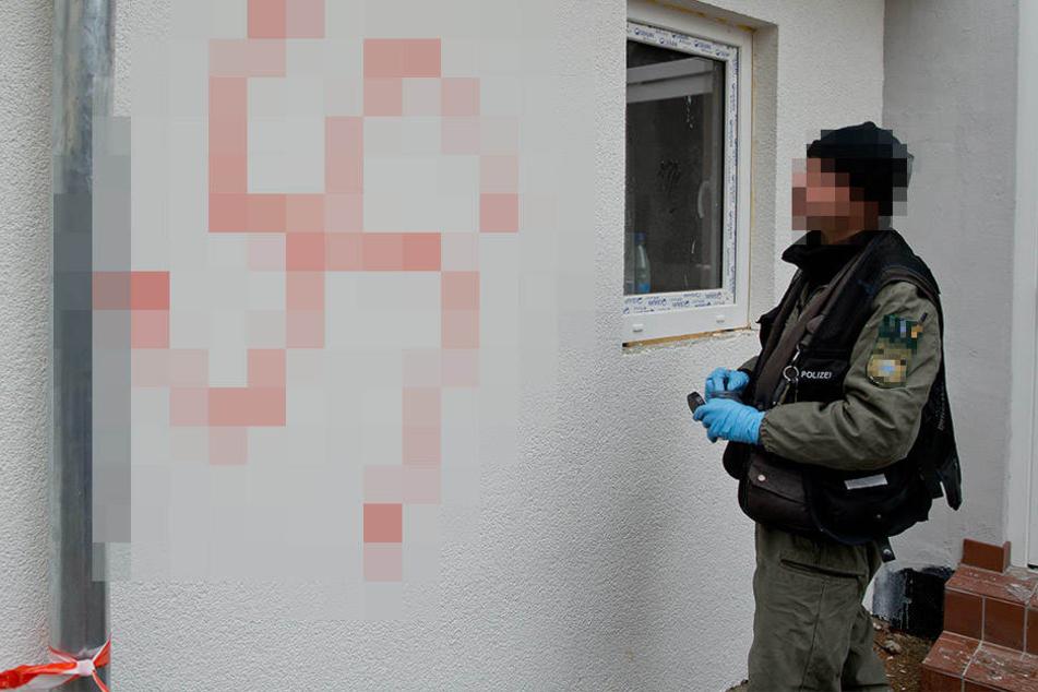 Auch Hakenkreuze schmierten die Unbekannten an die Wand. (Symbolbild)