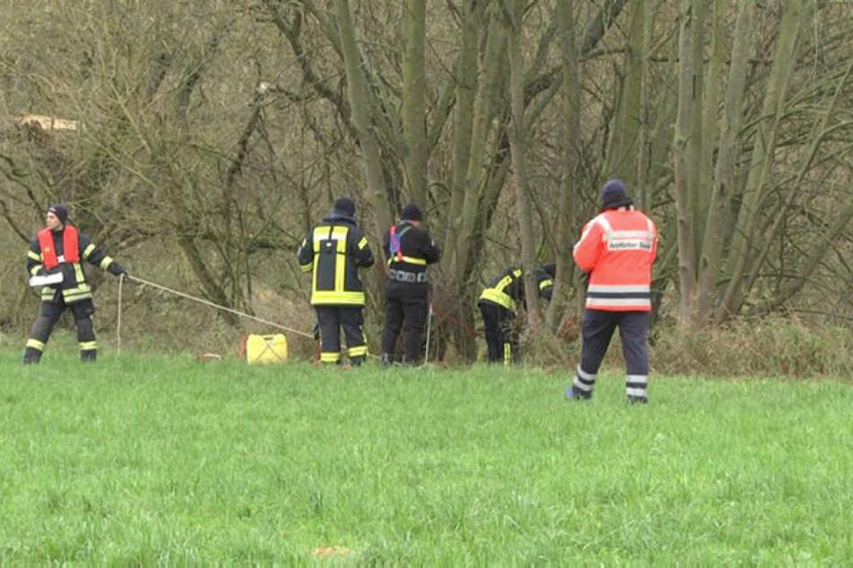 Helfer suchen in der Fulda bei Bad Hersfeld nach der Leiche des ermordeten Heiko H. bisher vergeblich.