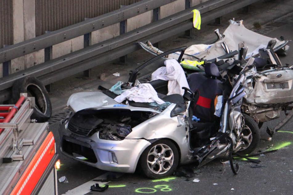 In diesem zerstörten Auto wurde ein Mann eingeklemmt. Die Feuerwehr konnte ihn bergen.