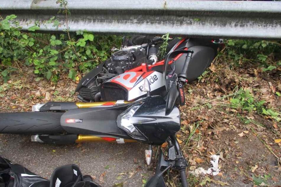Schwere Beinverletzung: Junger Biker stürzt in scharfer Kurve
