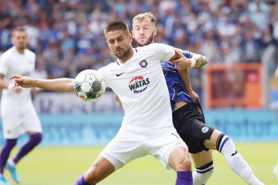 Dimitrij Nazarov in a duel with Bielefeld's Marcel Hartel.
