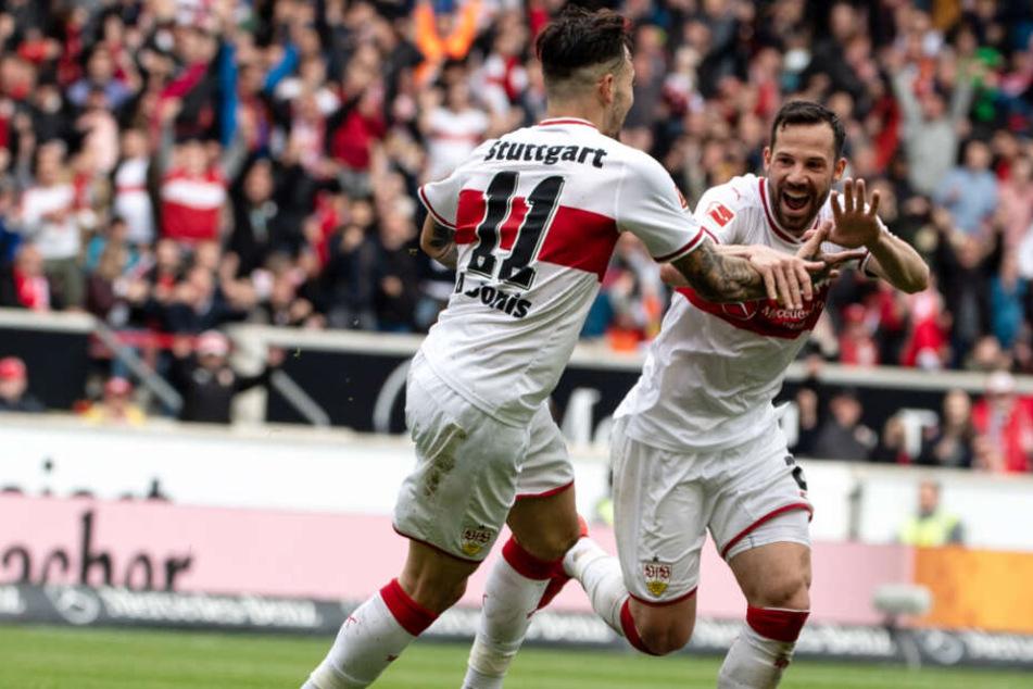 Gonzalo Castro bejubelt mit Anastasios Donis seinen VfB-Treffer zum 1:0 (45.).