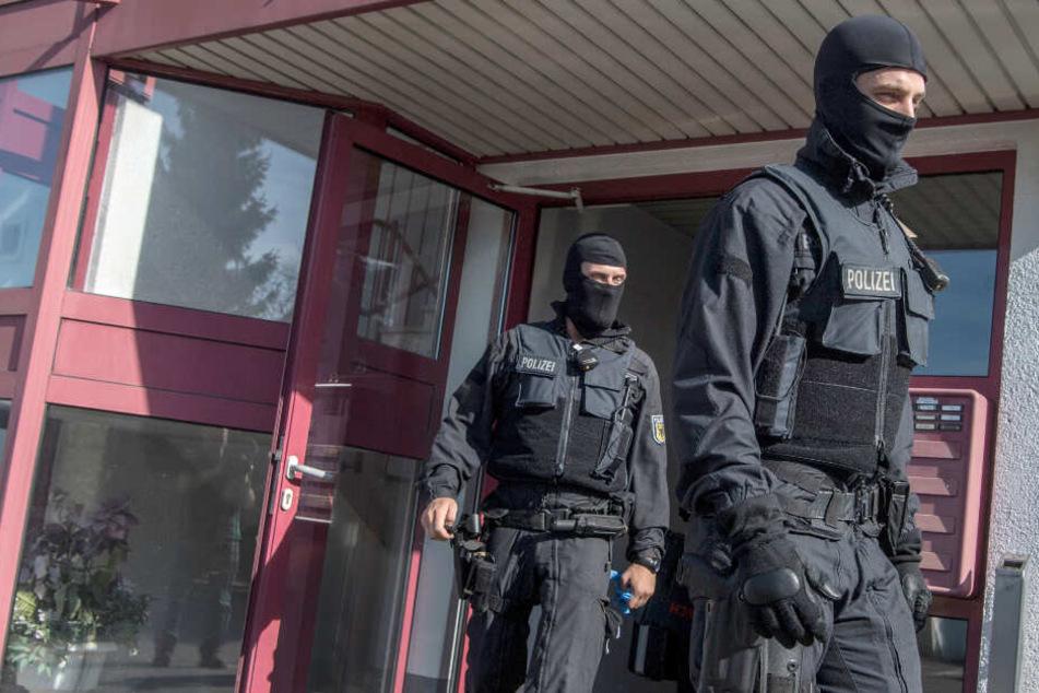 Polizisten kommen von einer Durchsuchung. (Symbolbild)