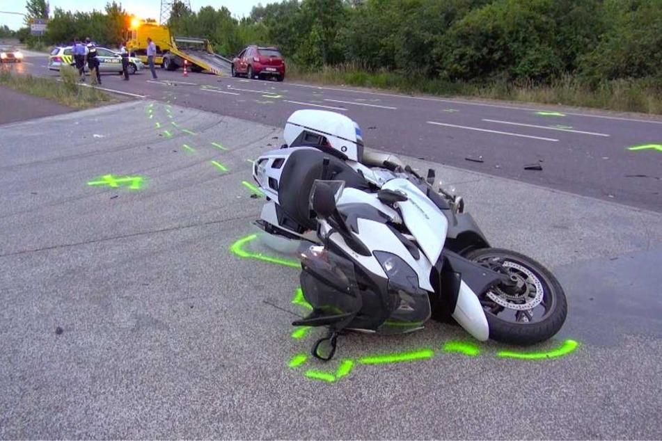 Das Motorrad liegt am Unfallort auf der Seite. Wie es zu dem Crash kommen konnte, ist noch Gegenstand der Ermittlungen.