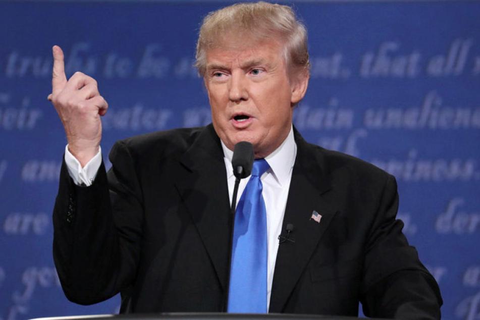 In einem hitzig geführten TV-Duell forderte Donald Trump, Hilary Clinton hinter Gitter zu bringen.
