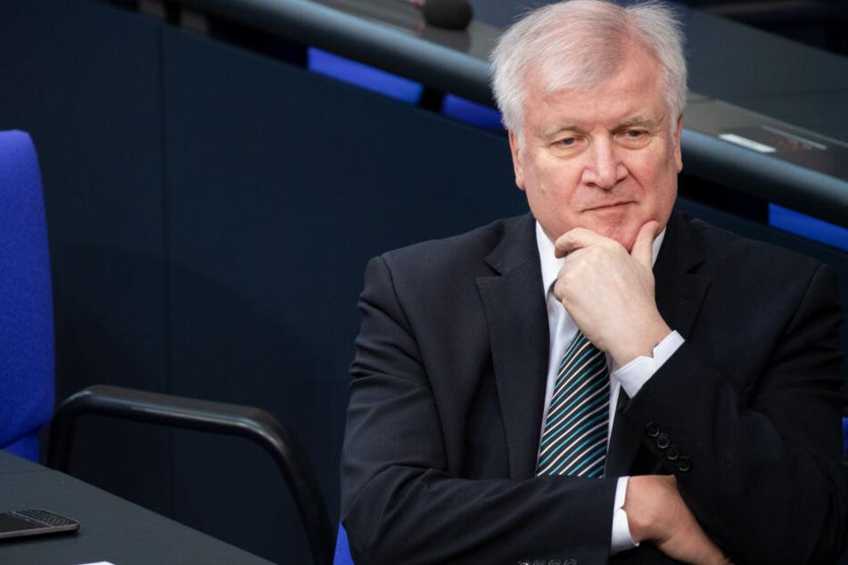 Horst Seehofer will offene Fragen der Hinterbliebenen beantworten.