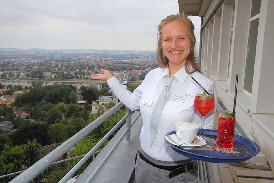 Kellnerin Nora Müller (20) ist vom fantastischen Luisenhof-Blick auf Dresden begeistert.