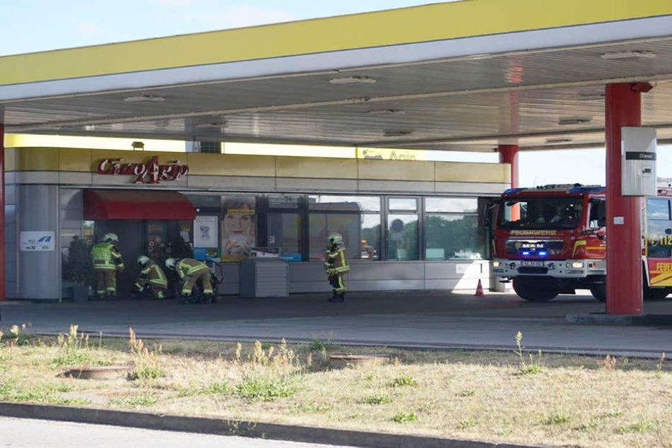 Dichter Rauch: Feuerwehr-Einsatz an Tankstelle