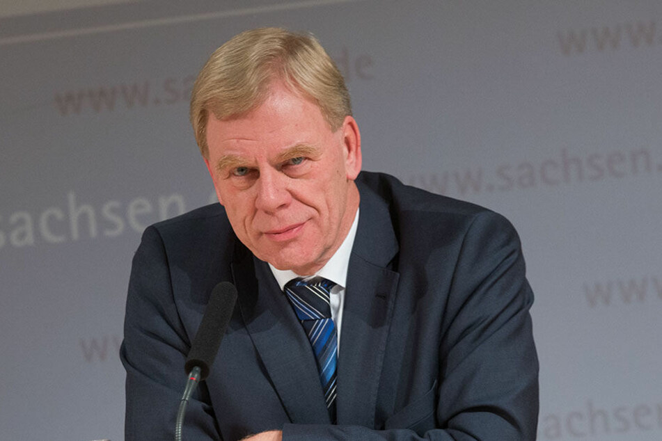 Die Steuereinnahmen kennen offenbar auch in den kommenden Jahren nur einen Weg: nach oben. Finanzminister Georg Unland (64, CDU) freut's.