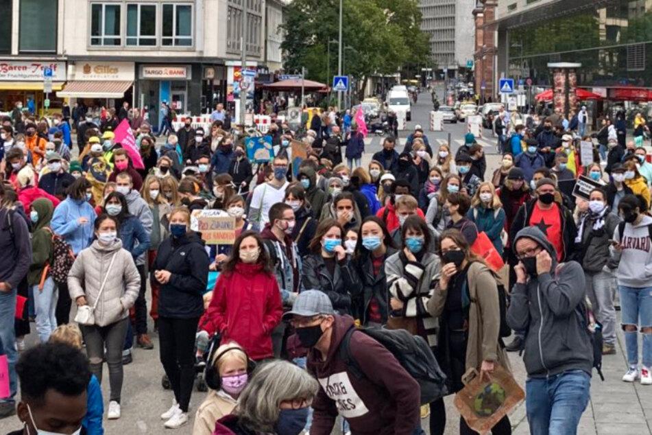 """Dieser Twitter-Screenshot zeigt """"Fridays For Future""""-Demonstranten auf der Hauptwache in Frankfurt."""