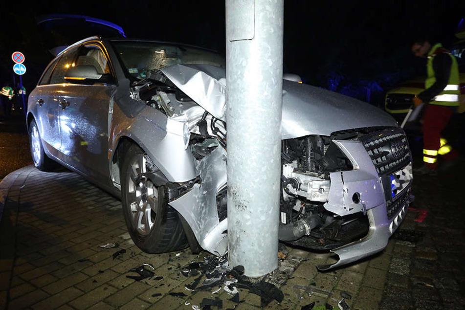 Der Audi raste mit voller Wucht gegen den Mast. Der Fahrer wurde schwer verletzt.