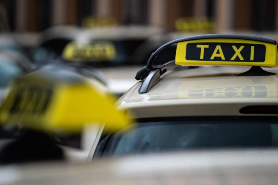 Sie wollten nicht zahlen: Männergruppe schlägt auf Taxi-Fahrer ein!