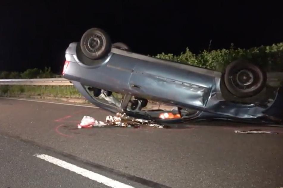 Der Wagen des 24-Jährigen blieb auf dem Dach liegen.