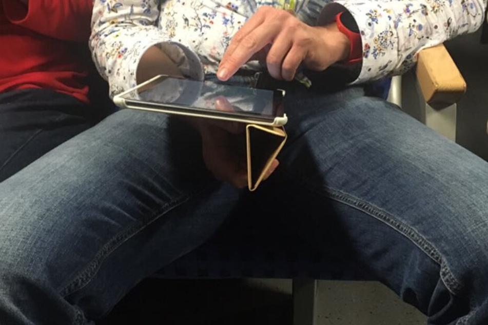 Breitbeiniges Sitzen in Wiener Verkehrsmitteln soll bald der Vergangenheit angehören. (Symbolbild)