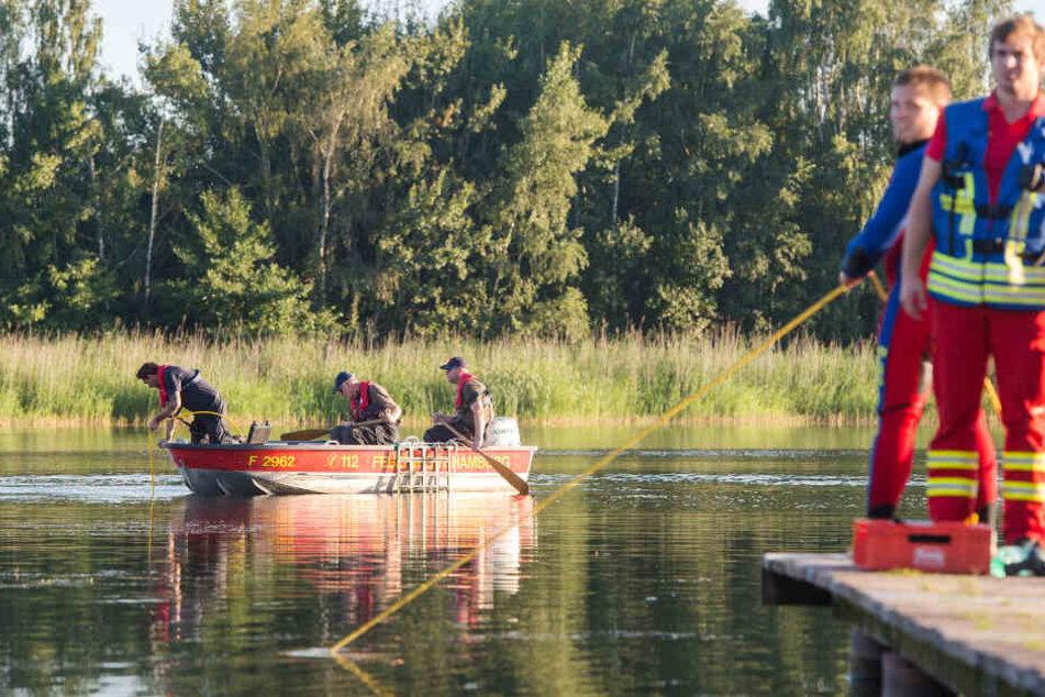 Feuerwehrleute untersuchen ein Gewässer nach Hinweisen. (Symbolfoto)