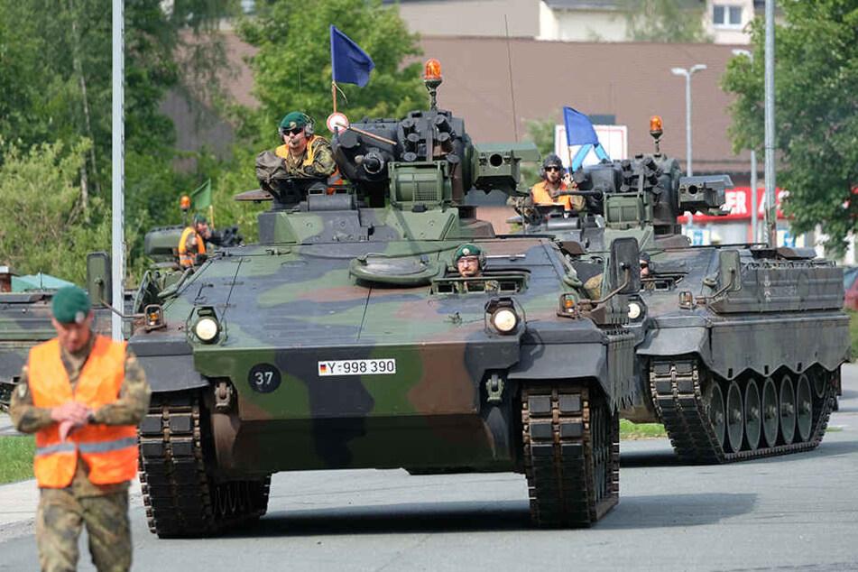 """Die Panzer, Typ """"Marder"""" auf dem Weg durch Marienberg zu einem Verladebahnsteig."""