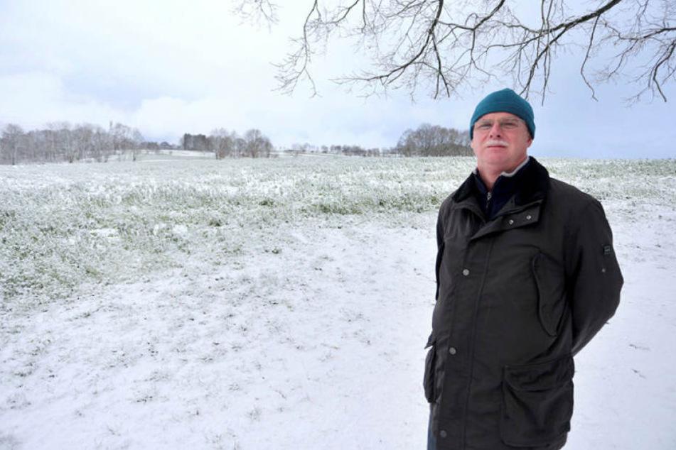 Frank Heyde (53), Chef der Bürgerinitiative Freibad Zschopau, vor dem Feld, von dem seiner Ansicht nach die Gerölllawine kam.