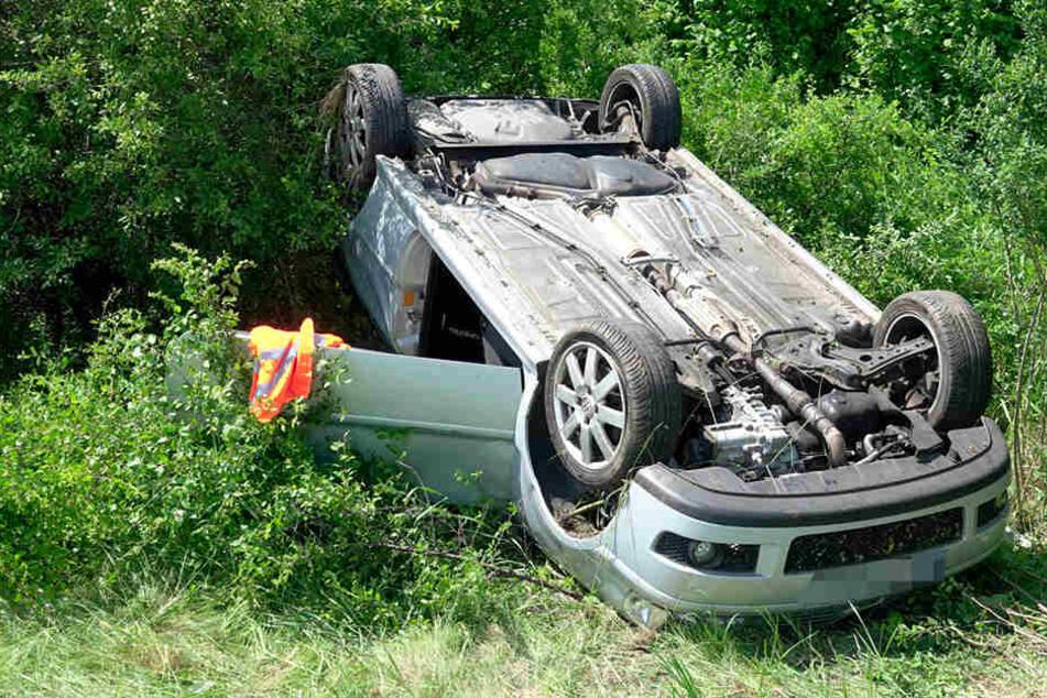 VW kommt von Autobahn ab und überschlägt sich: Fahrerin verletzt