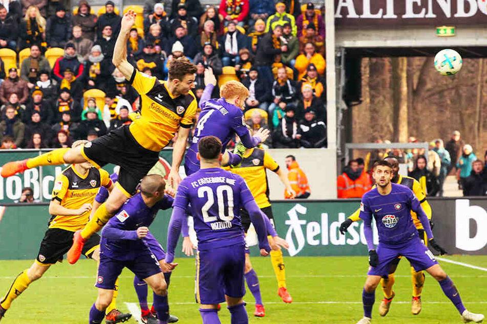 Kleine Motivationsstütze: Mit unbedingtem Willen und Entschlossenheit köpfte Dresdens Florian Ballas (links oben) im Dezember 2017 den Ball ins Auer Tor. Damals gewann die SGD mit 4:0.