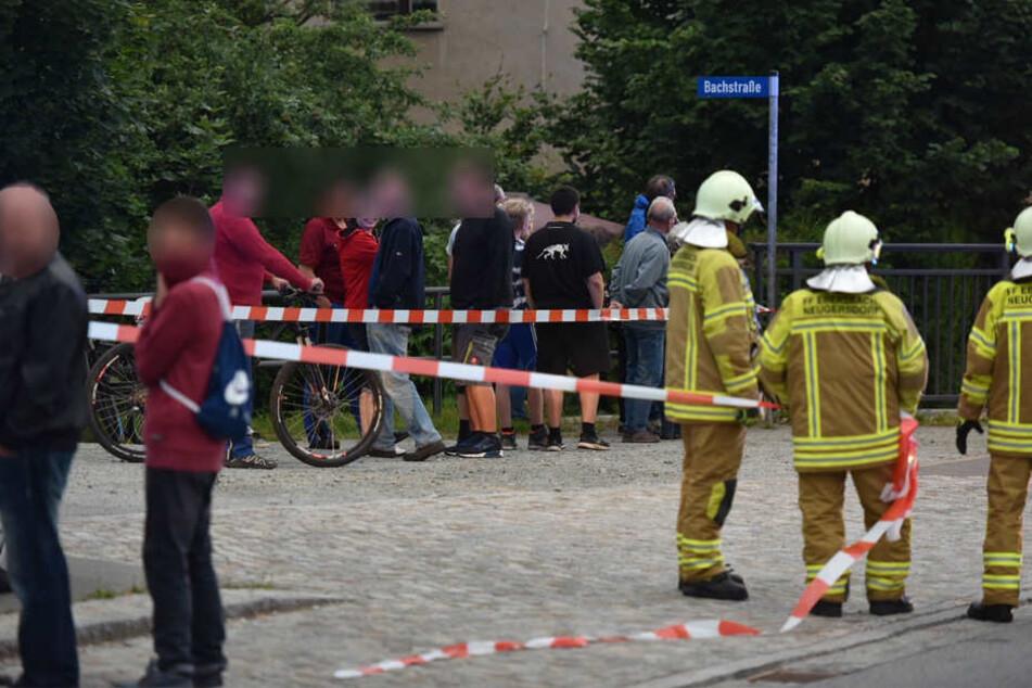 Viele Gaffer am Straßenrand. Die Feuerwehr musste absperren.
