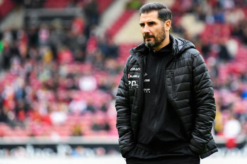 Coach Cristian Fiel muss das schlechte Abwehrverhalten von Dynamo Dresden schnellstmöglich in den Griff bekommen.