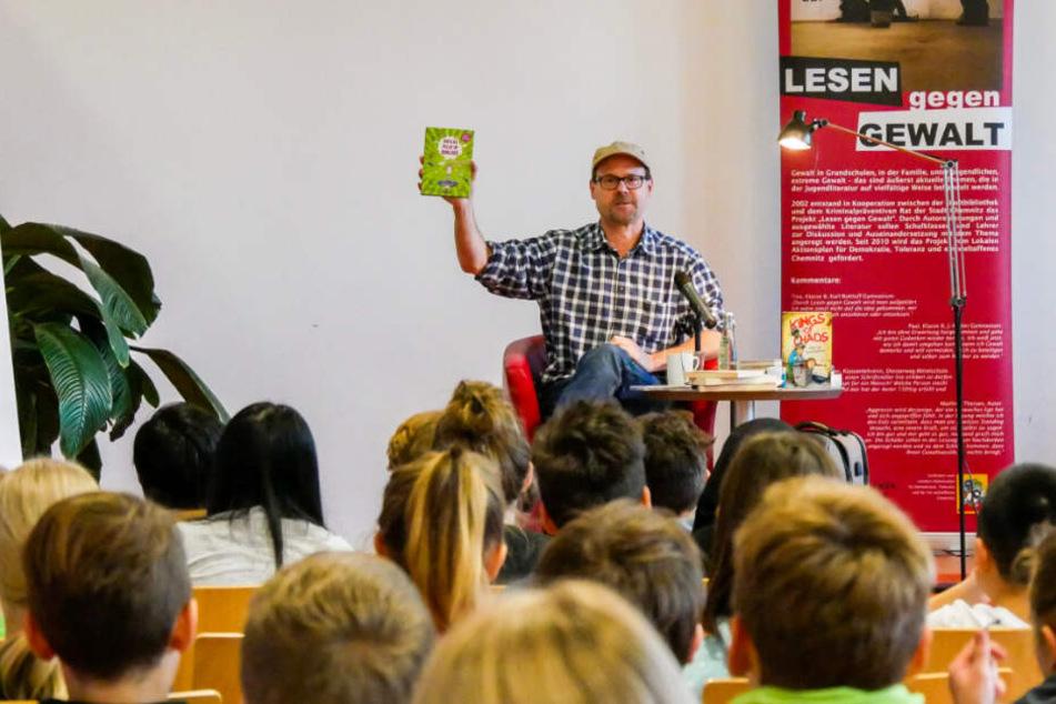 Autor Jakob M. Leonhardt (52) las in der Stadtbibliothek Kindern vor.