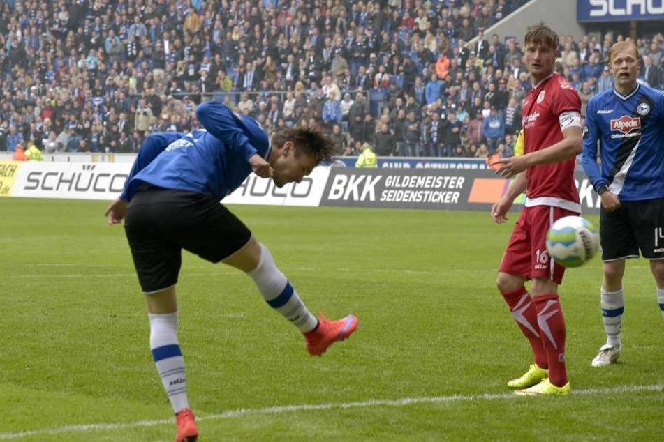 In diesem Moment köpft Pascal Testroet im Mai 2015 Arminia Bielefeld in die zweite Liga.