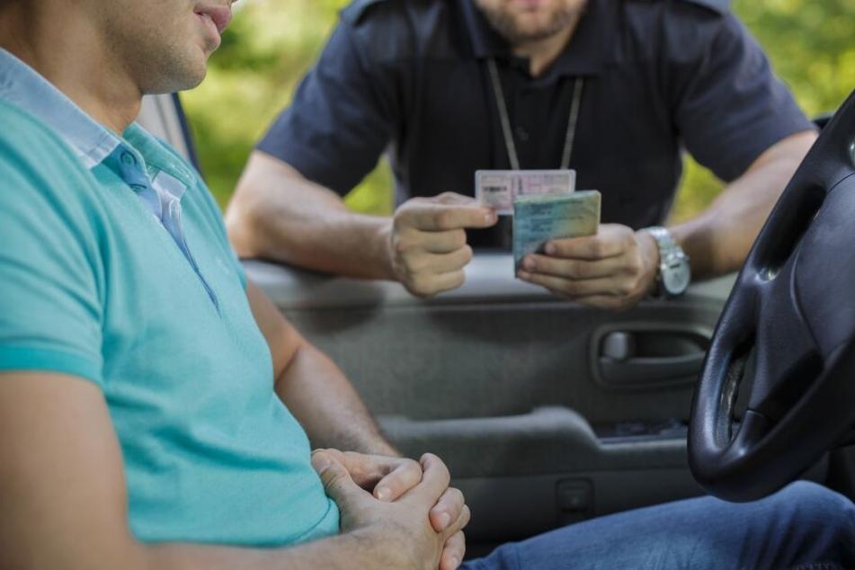 Wer von der Polizei kontrolliert wird und einen ungültigen Führerschein dabei hat, muss mit einem saftigen Bußgeld rechnen. (Symbolbild)