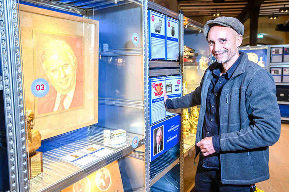Museologe Frank Schmidt (48) zeigt ein Porträt von Ministerpräsident Kurt Biedenkopf - ein Geschenk des Künstlers Rafael Bonomi aus Uruguay 1999.