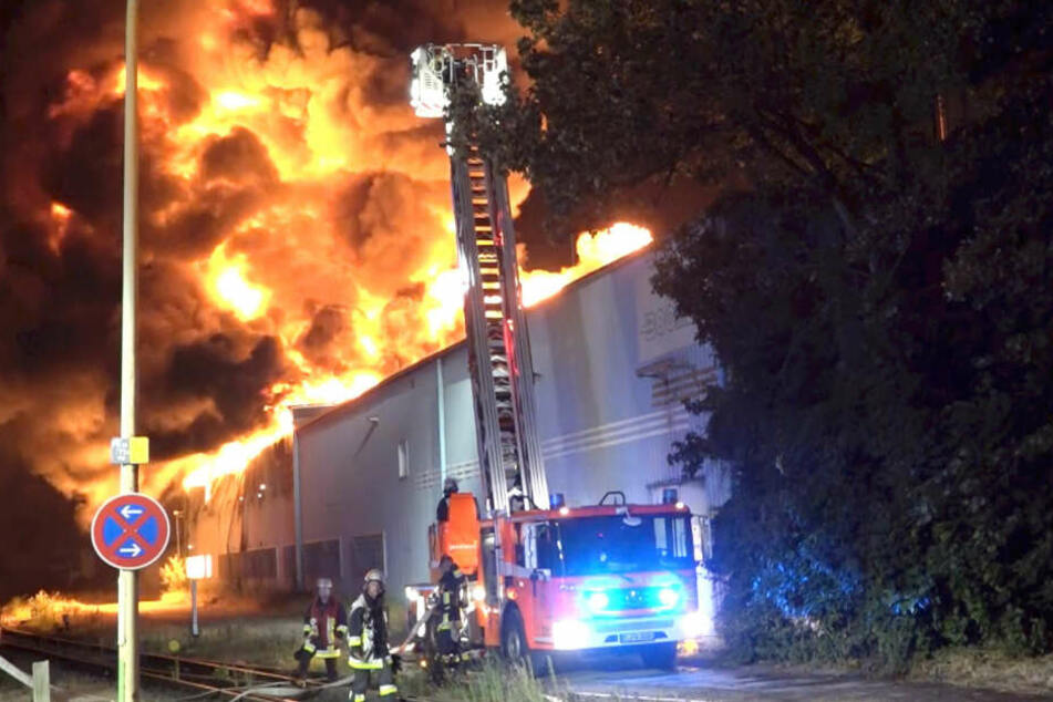 Durch den Vollbrand des Betriebes waren die Seitenteile und das gesamte Dach des Gebäudes eingestürzt.