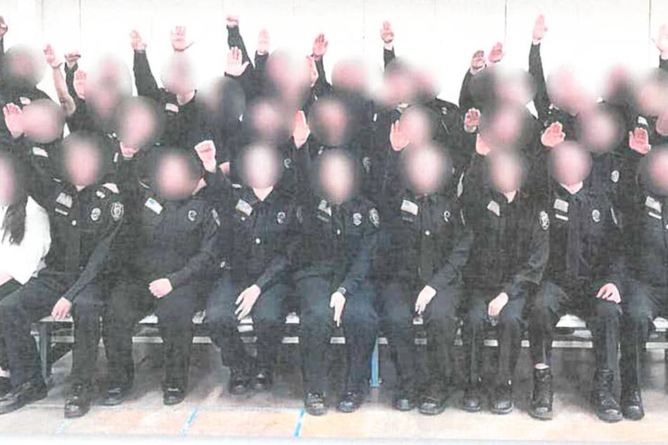 Gefängniswärter zeigen Hitlergruß auf Foto: Kündigung!