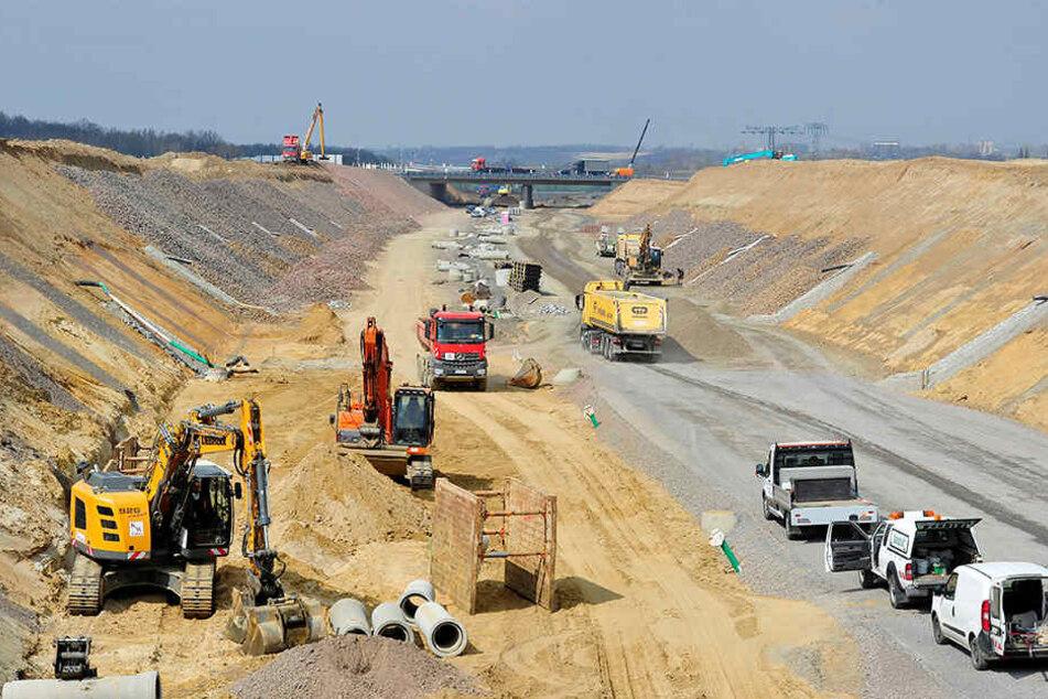 Derzeit werkeln Bauarbeiter zwischen Borna und Rötha. Dieser Abschnitt soll Ende 2019 fertig sein.