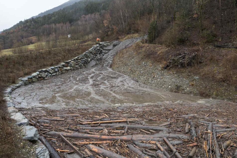Da die Gefahr eines weiteren Erdrutsches besteht, zogen die Bewohner zunächst zu Bekannten (Symbolbild).