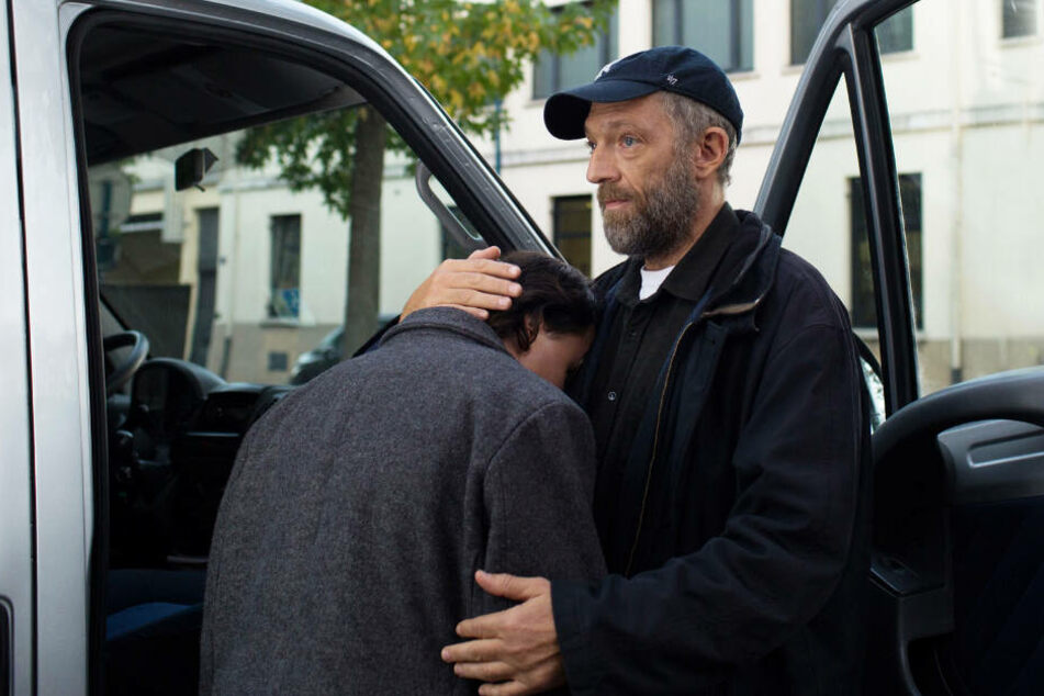 Bruno (r., Vincent Cassel) setzt sich für seine Kinder und Jugendlichen ein. Joseph (Benjamin Lesieur) verschafft er sogar einen Job.