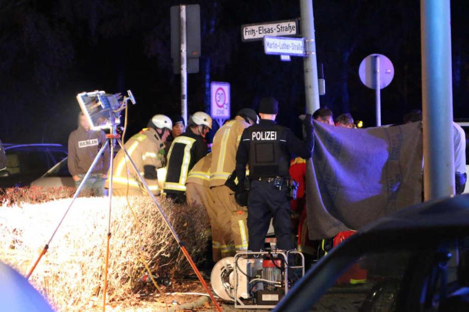 Die Feuerwehr brauchte fast eine Stunde, um die Frau aus dem Mazda zu befreien.