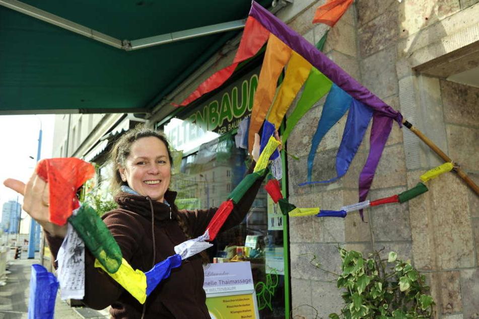Wimpel und Girlanden sind schon startklar: Anett Reiß (49) vom Weltenbaum freut sich über die Initiative.