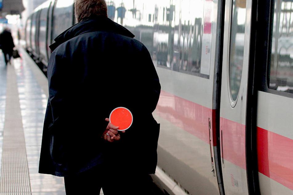 Am Bahnhof-Mitte wurden die Beamten auf den Mann aufmerksam (Symbolbild).