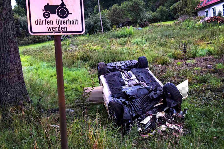 Der Wagen stürzte eine Böschung hinab.