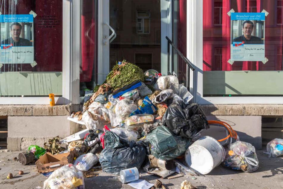 Müll liegt am 8. August 2017 vor dem AfD-Stammtisch in Weimar (Thüringen). Der Müll wurde vermutlich von den in der Nähe befindlichen Restmülltonnen benutzt.