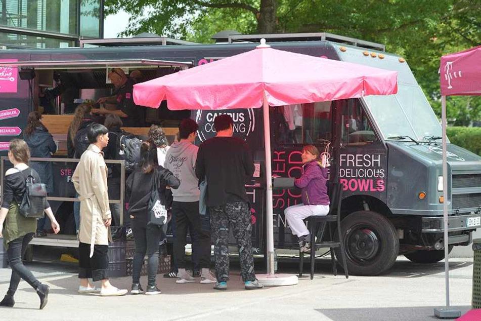 """Beim """"Campus Cooking"""" auf dem Mensavorplatz der TU Chemnitz gibt's gesundes Essen für den schmalen Geldbeutel."""
