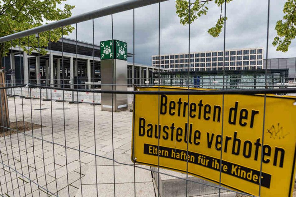 Im Oktober 2020 soll der Flughafen dann endlich in Betrieb gehen. Aktuell arbeiten dort noch fleißig die Bauarbeiter.